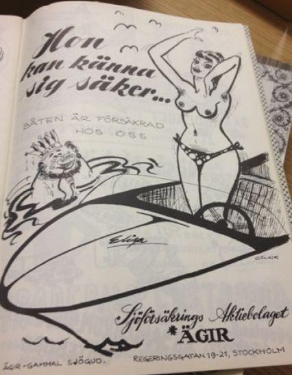 Tecknad annons. En kurvig kvinna endast iförd bikinitrosor står i en motorbåt. I vattnet bredvid syns ett manshuvud med kungakrona. Texten lyder: Hon kan känna sig säker båten är försäkrad hos oss. Sjöförsäkrings Aktiebolaget Ägir