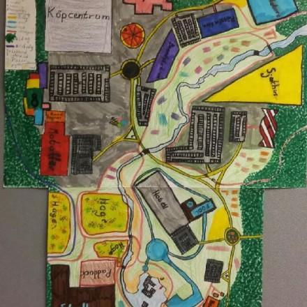 detalj från en utställning som elever producerat i samband med arkivpedagogiskt projekt på Malma skolan i Kolsva. Färglad teckning över ett drömkolsva.