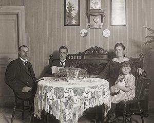 """Familjen Pettersson"" fotograf Emil Wijgård. Ur Västerås stadsarkiv"