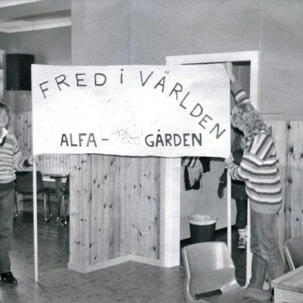 Två flickor med plakat inne på Alfagården 1970-tal