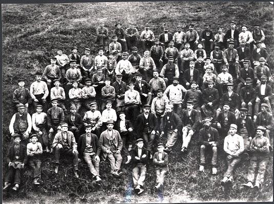 Arbetslag Kohlswa Jernverk 1897. Fotograf okänd
